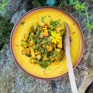 Schnelle Curry-Mais-Suppe mit fruchtiger Einlage