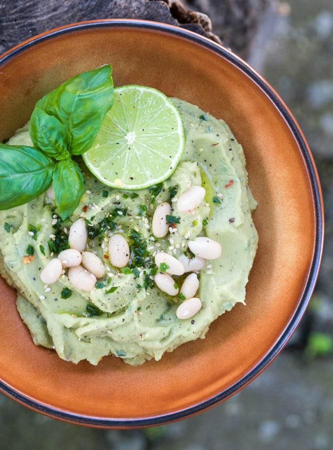 Avocado Hummus aus weißen Bohnen