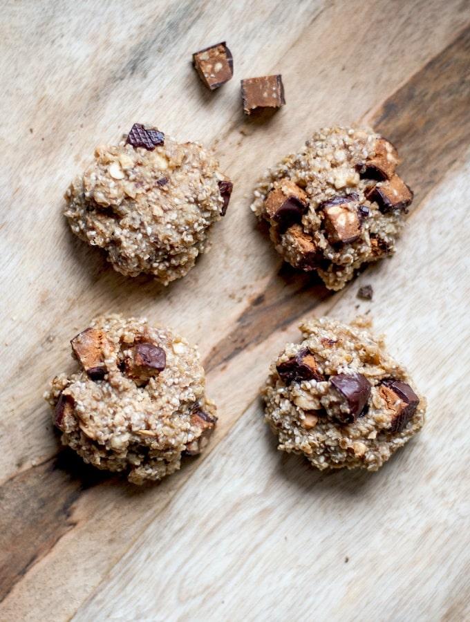 Saftige Hafer-Erdnuss-Kekse mit Chiasamen und Squarebar-Chunks (Blitz-Rezept)