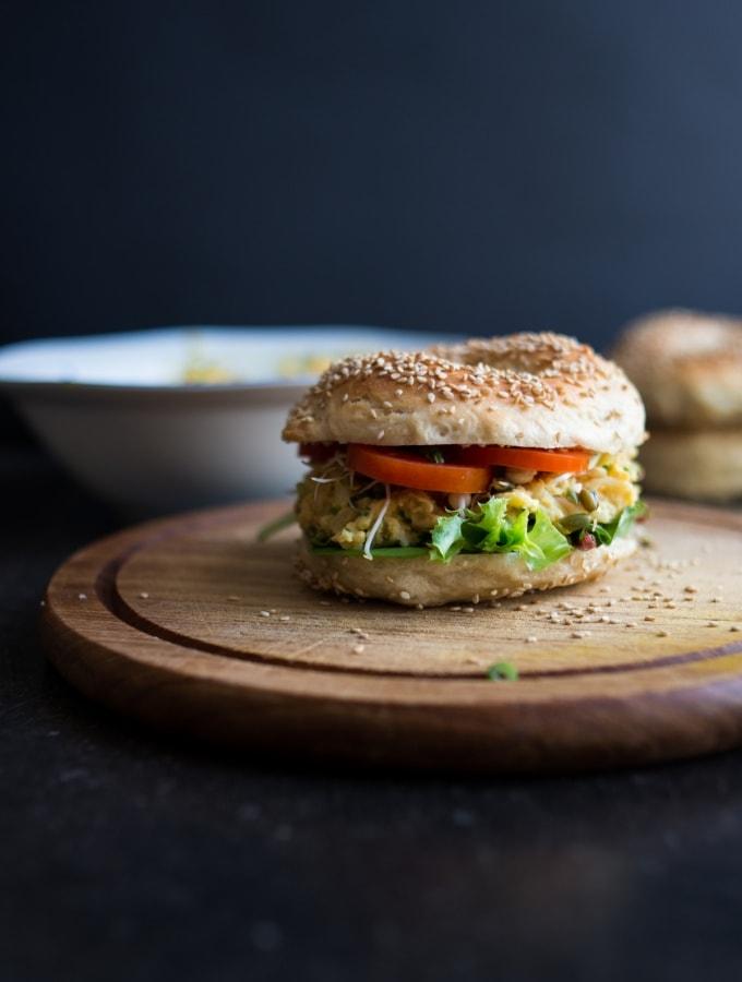 Eine runde Sache: Selbstgemachte Sesam-Bagel mit veganem Eiersalat (ohne Eier)