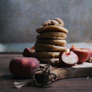 Grieß-Pancakes mit reifen Sommerfrüchten