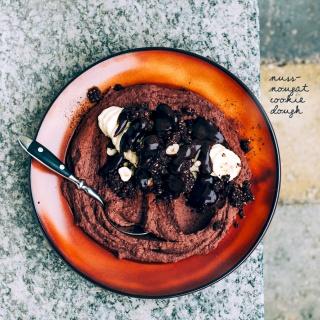 Nuss-Nougat Cookie Dough mit Haselnuss-Schoko-Rawnola und Schoko-Soße