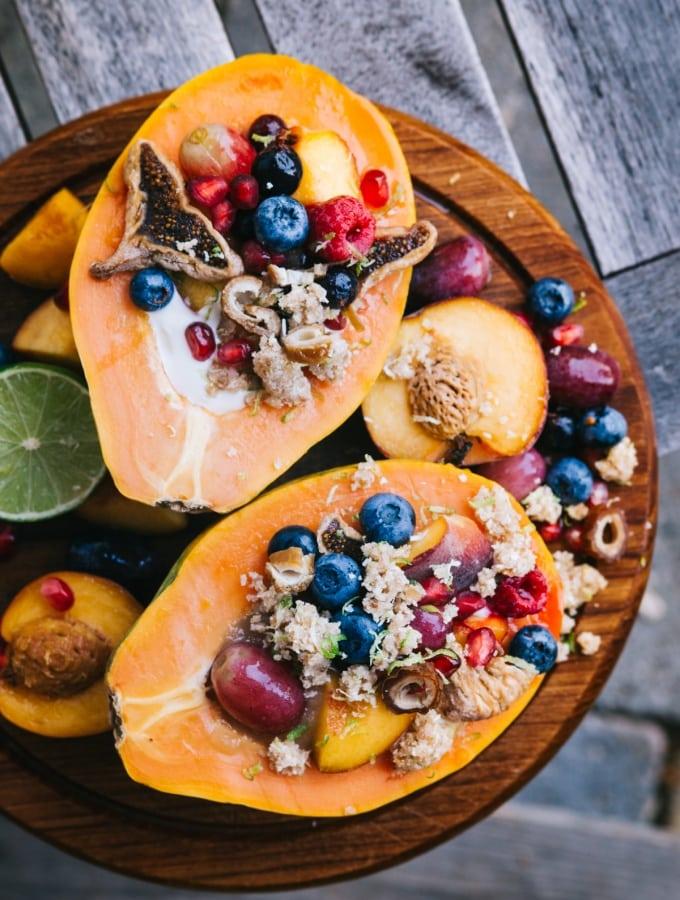Fruchtig gefüllte Papaya-Schiffchen mit Kokos-Limette Rawnola