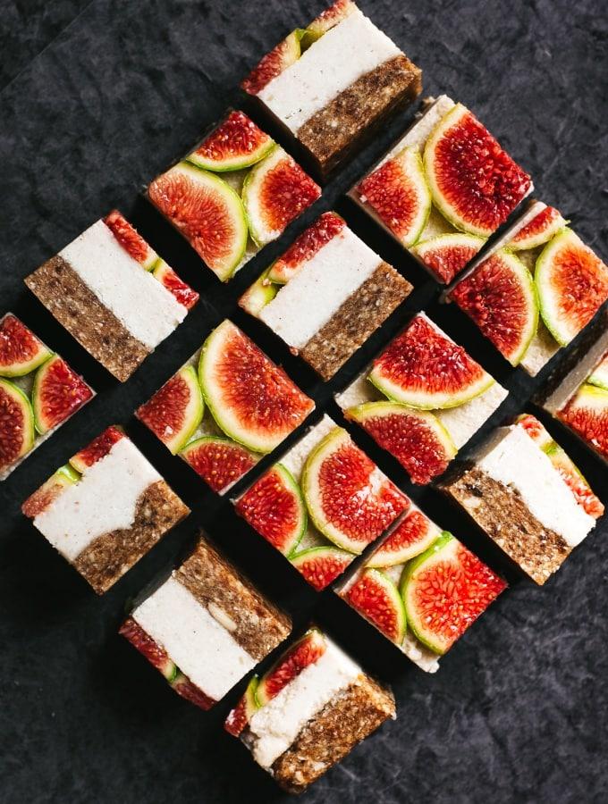 Roh-vegane Feigen-Würfel mit Cashew & Kokos