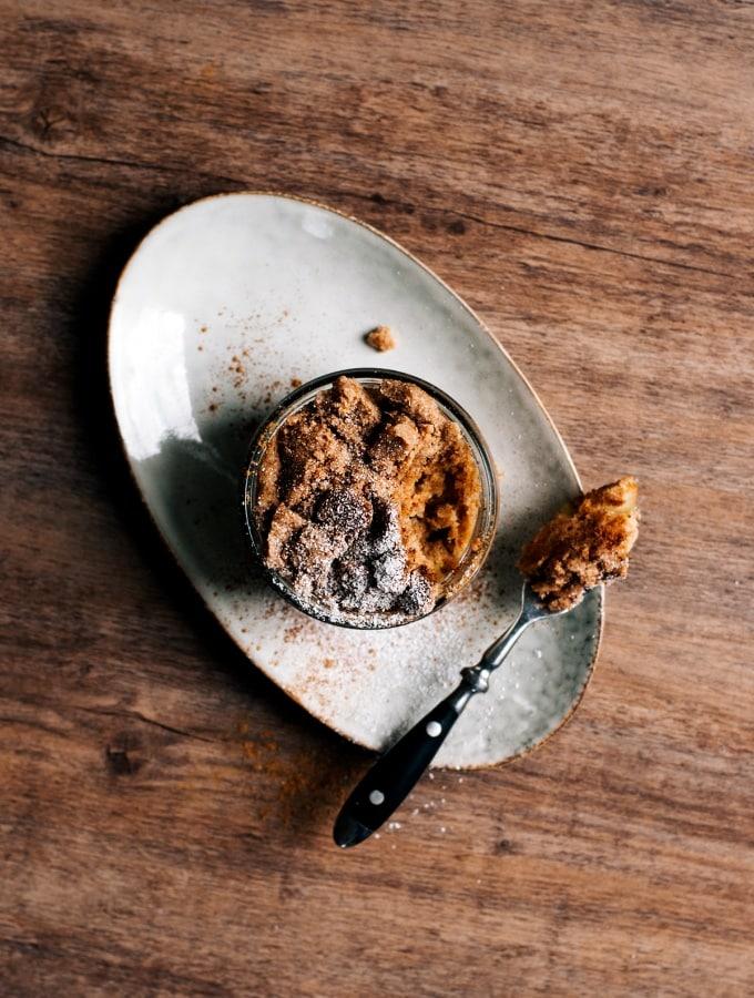Herbstlicher Apfel-Streusel Mug Cake mit Vollkorn und Zimt