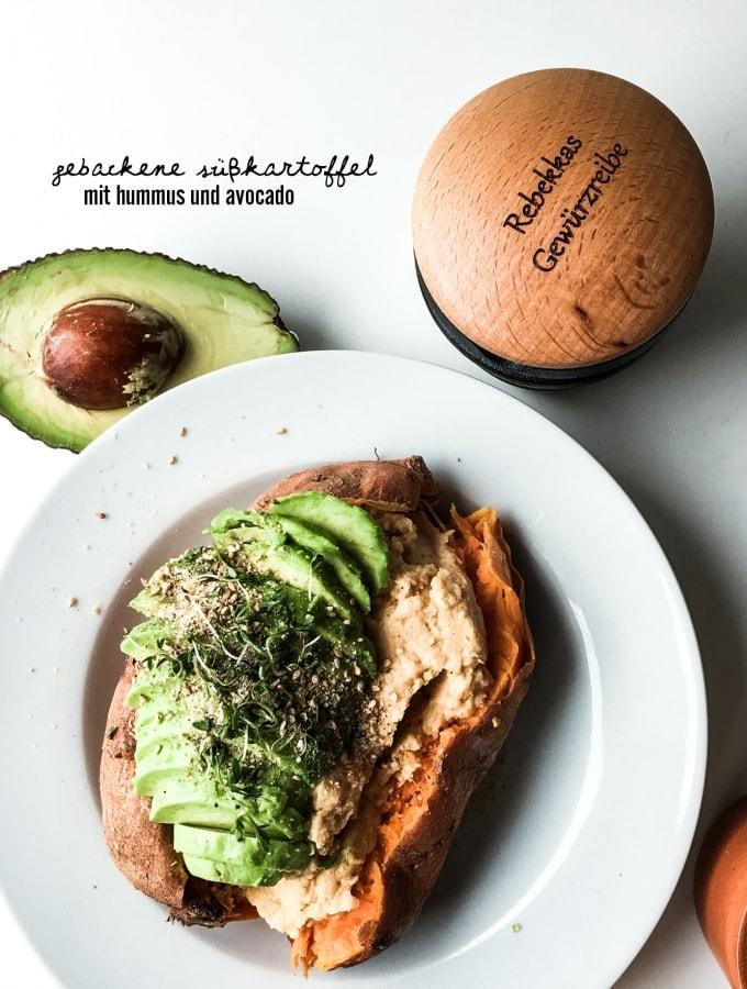 Gebackene Süßkartoffel mit Hummus und Avocado – So einfach kann lecker sein!