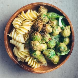 Blitzschnelle Pasta-Bowl mit asiatisch angehauchter Rosenkohl-Erdnuss-Pfanne
