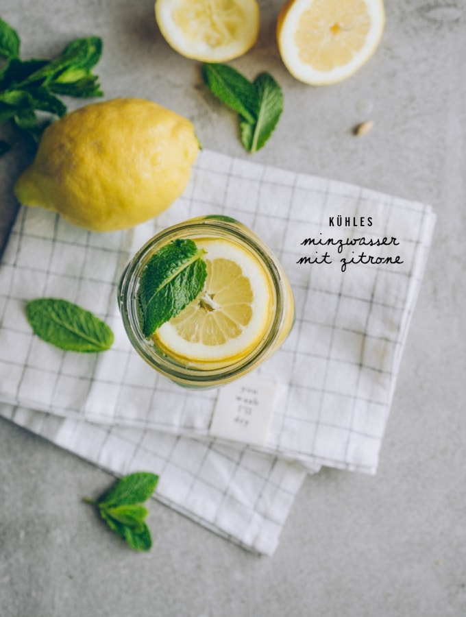 Die perfekte Erfrischung für heiße Sommertage: Kühles Minzwasser mit Zitrone